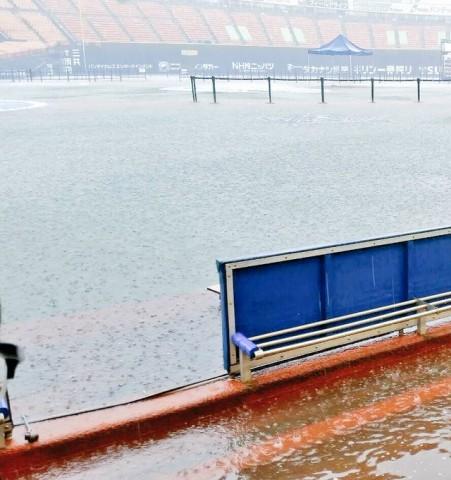 天罰が下り水没するスタジアム。